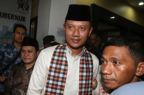 Bakal Calon Gubernur DKI Agus Harimurti Yudhoyono meninggalkan ruangan usai menyerahkan dokumen pendaftaran di Kantor Komisi Pemilihan Umum DKI Jakarta, Jumat (23/9)